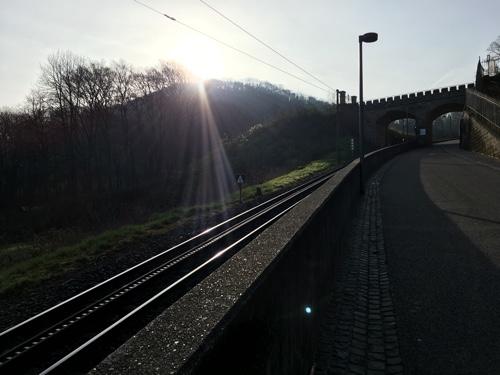Da fährt die Drachenfelsbahn entlang. Wir laufen.