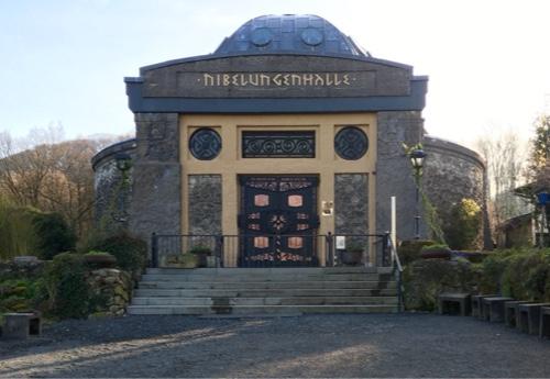 An der Nibelungenhalle vorbei